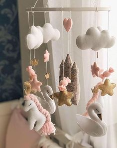 I felt mobile, mobile, felt swan, forehead … – Colorful Baby Rooms Baby Room Themes, Baby Room Decor, Nursery Decor, Room Baby, Baby Crib Mobile, Baby Cribs, Baby Mobile Felt, Quirky Home Decor, Felt Baby