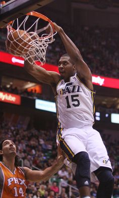 Derrick Favors dunks the ball. (Kim Raff  5992355d3