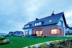 Formę budynku wymusiły warunki miejscowego planu zagospodarowania przestrzennego, w którym zapisano m.in. takie parametry jak dwuspadowy dach i wysokość nieprzekraczającą 9 metrów
