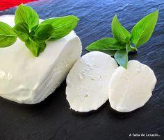 Mozzarella casera en microondas | Cocinar en casa es facilisimo.com - vma. How To Make Cheese, Food To Make, Brie, Cookie Desserts, Dessert Recipes, Epoisses, Queso Mozzarella, Queso Cheese, Micro Onde