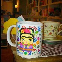 """Comparte tus fotos del barrio con nosotros utilizando el #condeduquegente @atticusfinchlibros """"Pies para que os quiero si tengo alas para volar"""". Quieres esta taza de Frida? Pues la tienes. Bueno la tenemos nosotros peeero por un módico precio te la vendemos jijijijiji.  Más modelis en la librería.  #CondeDuqueGente by condeduquegente"""