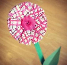 Make a pretty flower blossom for Mom using a folded cupcake liner with this easy #tutorial!
