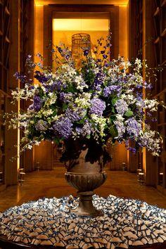 O Jockey Club, com toda a sua imponência (e uma das vistas mais bonitas de SP), ganhou toque romântico com a decoração deste casamento: Fotos: Cissa Sannom