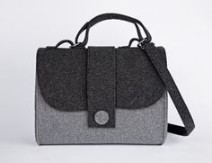 Borsa Feltro Kseniya Nero/Grigio chiaro Wooden Bag, Handbag Patterns, Handmade Felt, Cloth Bags, Felt Crafts, Clutch Purse, Leather Case, Bag Making, Purses And Bags