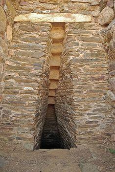 Pozzo sacro Is Pirois- Villaputzu (CA)  L'ingresso al pozzo e particolare dell'architrave