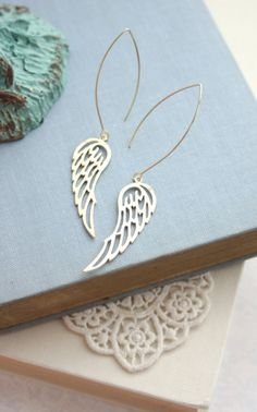 Gold Textured Wings Earrings. Wedding Jewelry Bridal por Marolsha