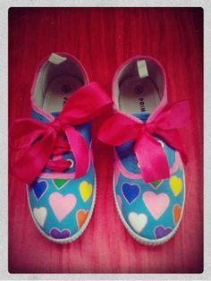 Zapatillas pintadas con corazones de colores Detalle: nombre de Claudia en la parte de detrás