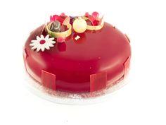Entremets fraise/thé blanc: Croustillant amande / Biscuit madeleine vanille/ Mousse fraise /confit fraise/ Crémeux thé blanc/ Glaçage miroir rouge / Décors chocolat