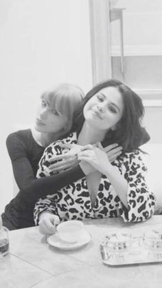 '[That's] who I call crying. They see my best and my worst': Gomez confides in only four female friends - her two non-famous roommates, her cousin, and Taylor Swift (pictured) Estilo Taylor Swift, Selena And Taylor, Red Taylor, Taylor Alison Swift, Selena Gomez The Weeknd, Selena Gomez Cute, Me As A Girlfriend, Taylor Swift Pictures, Bff Goals