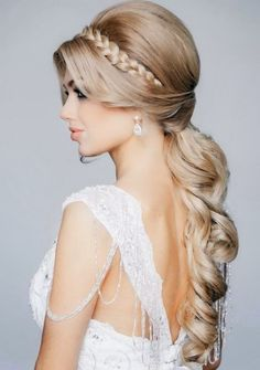 Wedding is the time to wear the best hairdo and makeup. Check the trendy wedding hairstyles for a diva look. Whether you're looking for Boho wedding hairdo, hairstyle with a veil or wedding hair for long or curly hair, we've got you covered. Hairdo Wedding, Elegant Wedding Hair, Wedding Hair And Makeup, Perfect Wedding, Wedding Beauty, Wedding Blog, Trendy Wedding, Greek Wedding, Wedding Ponytail