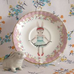 Peindre une assiette ancienne Bunny's Happiness Vintage Illustrated by thestorybookrabbit Vintage Plates, Vintage Dishes, Vintage China, Objet Deco Design, Plate Design, A Table, Baby Gifts, Decorative Plates, Bunny