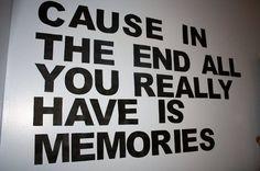 """,, Am Ende wirst du sowieso nur Erinnerungen haben, doch die werden dir nichts nutzen, hm?"""""""