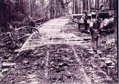 Hommes de la compagnie B, 270e bataillon de Combat Engineer, 70e Division d'infanterie, 7e armée, poser un détour en velours côtelé pour raccourcir le « Road to Berlin ». En date du 11 mars 1945.