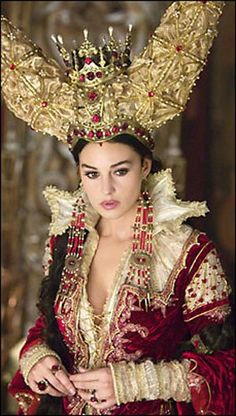 Monica Bellucci as the Mirror Queen, in 'The Brothers Grimm', directed by Terry Gilliam in 2005 (costume by Guy Hendrix Dyas) Monica Bellucci, Covet Fashion, Look Fashion, Halloween Karneval, Female Villains, Terry Gilliam, Italian Actress, Matt Damon, Fantasy Costumes