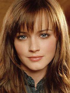 Com esse rosto e esses olhos, precisa maquiagem? Num precisa nem de cabelo! X__x Mesmo assim, ela fica linda de cabelo liso ou ondulado, com ou sem franja, mas nunca usa acessórios. Tb não é fã de bijouterias.