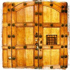 Las puertas se caracterizan por sus adornos de hierro y chapas muy grandes. Spanish Architecture, Doors, Home Decor, Wood Doors, Colonial Decorating, Dressers, Antigua Guatemala, Mansions, Iron