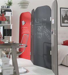 Ce paravent cloisonne l'espace et sert de mur d'expression pour toute la famille tout en donnant du style à la décoration. http://www.castorama.fr/store/pages/idees-decoration-facile-separer-espaces.html
