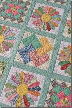 This is Linda's Dresden Plate quilt and it is made with reproduction fabrics. This is Linda's Dresden Plate quilt and it is made with reproduction fabrics. This will be a wedd Colchas Quilting, Free Motion Quilting, Machine Quilting, Quilting Projects, Quilting Designs, Quilting Ideas, Crazy Quilting, Quilt Baby, Rag Quilt