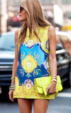 Anna com um vestidinho amarelo bem curto. Bom para os dias de calor. Amarelo e azul combinam? É só conferir. http://mulherescomatitude.vai.la