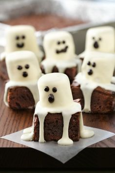 Satisfy your sweet tooth with these spooktacular halloween desserts. From cookies and cakes to brownies and bark, there are over a hundred spooky dessert ideas to choose from! These halloween recipes are perfect for costume Halloween Snacks, Comida De Halloween Ideas, Halloween Torte, Bolo Halloween, Dulces Halloween, Postres Halloween, Halloween Brownies, Hallowen Food, Halloween Recipe