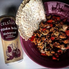 """Lunch time! Minced chicken with veggies and hotsauce Some Low Carb tortilla bread from @carbzone and a Ice cold Celsius Wild berries @celsiussverige.se  #carbzone"