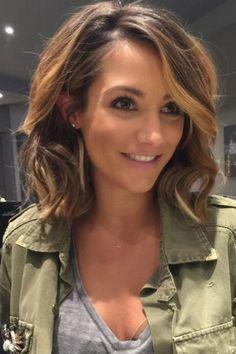 37 photos hyper stylées de coupes mi-longues sur des cheveux bouclés - Tendance coiffure