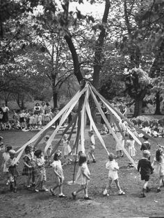 Growing up I have many happy memories of May Day celebrations in school.~Daily Dish with Foodie Friends Friday I remember this, too. Best Memories, Childhood Memories, Vintage Photographs, Vintage Photos, Photo Vintage, Retro Vintage, Happy May, May Days, Vintage School