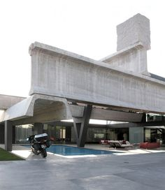 This incredible house mostly built by enormous prefab concrete beams has been designed by the Madrid based architect Antón García- Abril (Ensamble Studio). Precast Concrete, Concrete Building, Studios Architecture, Modern Architecture, Concrete Architecture, Crazy Home, 21st Century Homes, Sweet Home, Prefab Homes