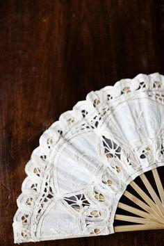 . Antique Fans, Vintage Fans, Hand Held Fan, Hand Fans, Style Boudoir, Diy Fan, Wedding Styles, Wedding Fans, Paper Fans
