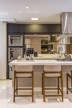 Cozinha gourmet linda e moderna by Juliana Agner Arquitetura 👏🏼🔝 Kitchen Dinning Room, Kitchen Chairs, Kitchen Flooring, Kitchen Decor, Beautiful Kitchens, Cool Kitchens, Modern Bar Stools, Interior Decorating, Interior Design