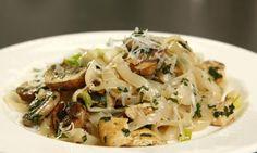 Slim-Pasta: Kalorienarm und lecker. Die Fettuccine mit der Hähnchenbrust und den Pilzen ist ein schnelles und einfaches Rezept.