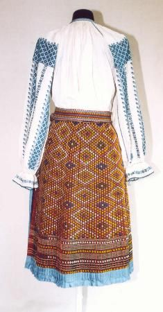 Popular Folk Embroidery Women's costume from county of Mehedinţi Folk Embroidery, Learn Embroidery, Embroidery Stitches, Embroidery Patterns, Embroidery Techniques, Costumes For Women, Fashion Art, Two Piece Skirt Set, Textiles