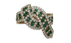 Bracelet en émeraudes et diamants Christie's Geneva http://www.vogue.fr/joaillerie/a-voir/diaporama/la-vente-aux-encheres-de-bijoux-magnificent-jewels-2014-de-christie-s-geneve/21005/image/1110315#!bracelet-en-emeraudes-et-diamants-christie-039-s-geneva