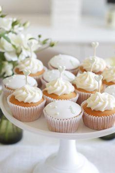white cupcakes Cupcakes para cumpleaños de tus peques.  Adquiere los moldes y los utensilios para realizar cupcakes en http://milejardin.com/menaje-del-hogar/productos-reposteria-silicona