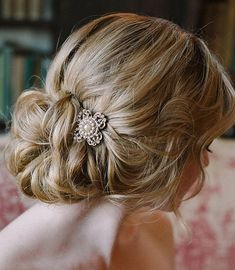 nice Coiffure mariage : A loose and romantic updo, accessorized with a sparkly vintage brooch. Bride Hairstyles, Vintage Hairstyles, Pretty Hairstyles, Vintage Updo, Hairstyles Videos, African Hairstyles, Wedding Hair And Makeup, Hair Makeup, Bridal Makeup
