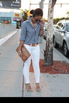 Outfits de top cuadrillé blanco y negro, con pantalón blanco, cinto naranja