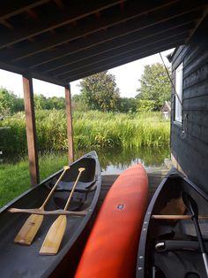 Het achterliggende grasland is een weide die zeker in het voorjaar zeer drassig is en grenst aan het natuurlijke veengebied, dat alleen toegankelijk is met een kano. Een natuurlijk element waar de bewoners dankbaar gebruik van maken.