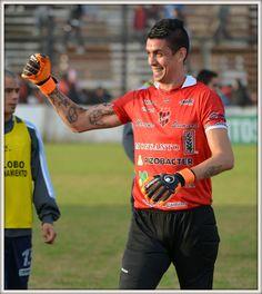 """El arquero del """"Fogonero"""" Martín Perafan mostrando su alegría frente al triunfo contra Gimnasia de Jujuy por un tanto contra cero"""