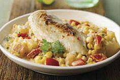 Este fácil platillo de pollo lleva trozos de papas cremosas con queso, maíz y pimientos.  El cilantro picado y el jugo de limón verde le dan un refrescante sabor.