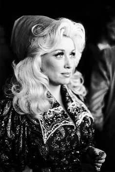 A beautiful Miss Dolly Parton, the heart of country music. Just another sweet southern belle, Dolly Parton Young, Look 2017, It's All Happening, Country Music Singers, Hello Dolly, Southern Belle, American Singers, Role Models, Movie Stars