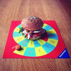 Le Ravens Burger. Télécharge ici le plateau de jeu et imprime en un pour chacun de tes amis. Choisissez ensemble une viande, trois légumes ou fruits, un fromage, une sauce et un ingrédient mystère. Dispose ton bun au centre du plateau et soit le premier à dévorer ton burger. À toi de jouer !    Suggestion de présentation: Rôti de porc. Rosette. Confit d'oignons. Tranches de poires. Pommes rôties. Salade. Tomate. Cancoillotte fondue.