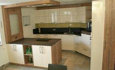 Eine wunderschöne Küche gestaltet mit weißen Hochglanzfronten, Eiche-Elementen und einer dunklen Granitarbeitsplatte Kitchen Cabinets, Home Decor, Granite, Oak Tree, Nice Asses, Interior Design, Home Interior Design, Dressers, Home Decoration