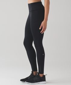 Feel fast and free in these  barely-there, sweat-wicking  run tights.