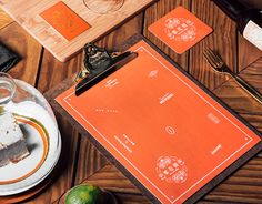 logo設計以台灣窗花圖騰,與早期曾經風靡於台灣各角落的海棠花壓花玻璃等元素,融合中式剪紙的對稱與西式裝飾性線條,建構台式古典時尚風格