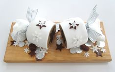 christmas cracker cake looks amazing! Think il do this for next year Christmas Cake Designs, Christmas Cake Decorations, Holiday Cakes, Xmas Cakes, Xmas Food, Christmas Cooking, Christmas Kitchen, Christmas Deserts, Christmas Treats