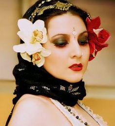 Chandra, es una bailarina, coreógrafa y maestra de Tribal Fusión. Domina como nadie en España el Tribal Gótico, para mi, y con todo el respeto para las