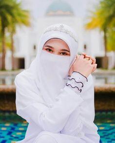 Image may contain: one or more people and closeup Hijab Niqab, Muslim Hijab, Arab Girls Hijab, Muslim Girls, Beautiful Muslim Women, Beautiful Hijab, Hijabi Girl, Girl Hijab, Niqab Fashion