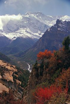 Looking back down the Marsyangdi River Valley, Himalayas, Nepal (by acastellano).