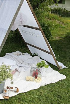 """""""10 sticks, 28 screws, a tablecloth and four stones.That's what you need to create a tent in the garden."""""""