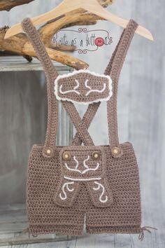 Cute as a button Lederhosn' Häkelanleitung Crochets – Crochet models Crochet Pullover Pattern, Knit Headband Pattern, Crotchet Patterns, Baby Knitting Patterns, Crochet Baby Cocoon, Crochet Cap, Booties Crochet, Newborn Crochet, Vintage Pants